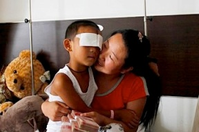Hong Kong doctor offers a revolutionary treatment to a Chinese six-year-old blinded in a brutal attack