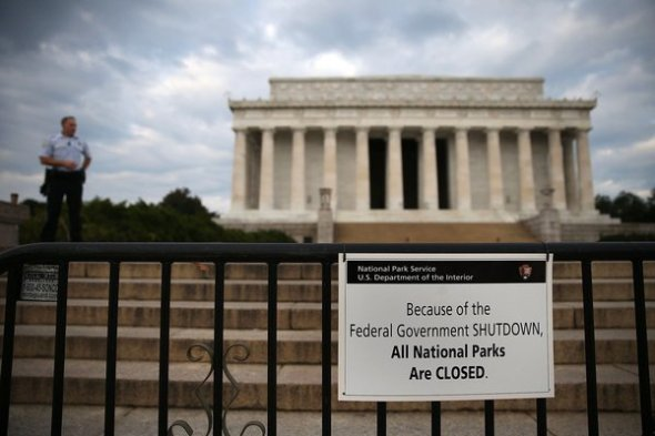 WASHINGTON, DC - OCTOBER 01: A U.S.  Park Police officer stand guard in front of the closed Lincoln Memorial, October 1, 2013 in Washington, DC. The National Mall and all monuments and large sections of the government will close due to government shut down after Congress failed to agree on spending.  (Photo by Mark Wilson/Getty Images)  *** BESTPIX ***