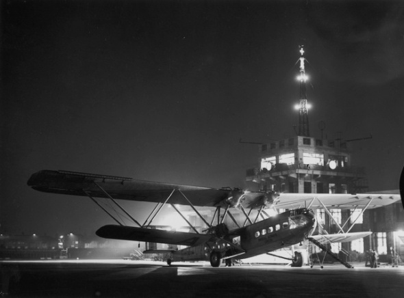 circa 1937:  Imperial Airways plane 'Hanno' at Croydon aerodrome before flying to Paris at 7 o'clock.  (Photo by London Express/Getty Images)