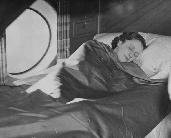 31st March 1937:  A sleeping berth on an Imperial Airways aircraft.  (Photo by Fox Photos/Getty Images)