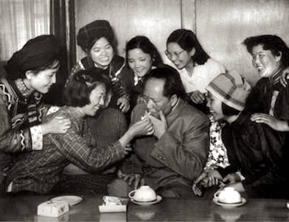 The chairman and his cigarette lighting fans, 1957. [Photo/xinhuanet.com.cn]