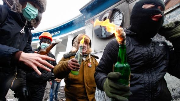 ukraine-clashes-kiev-molotov.si