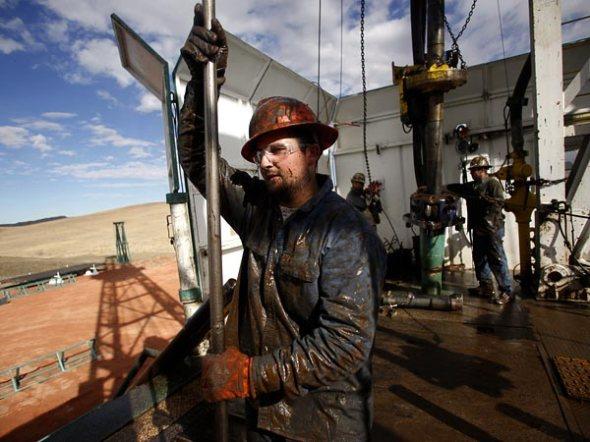 energy-north-dakota-oil-boom-worker_61633_600x450