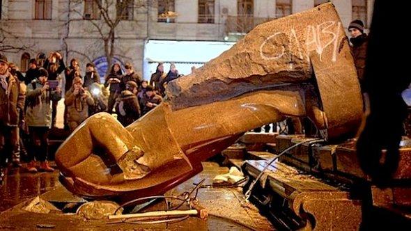 statue-topple