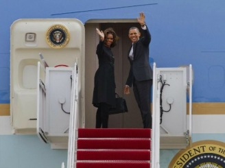 Obama-Michelle-plane-wave-ap