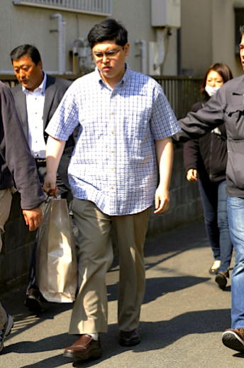 Yoshitomo Imura is taken into custody Thursday in Kawasaki on suspicion of illegal possession of guns made with a 3-D printer