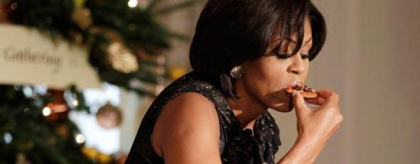 Michelle-Obama-eating-pizza