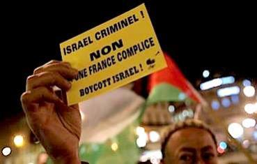 Man holds boycott Israel sign Photo: REUTERS/CHRISTIAN HARTMANN