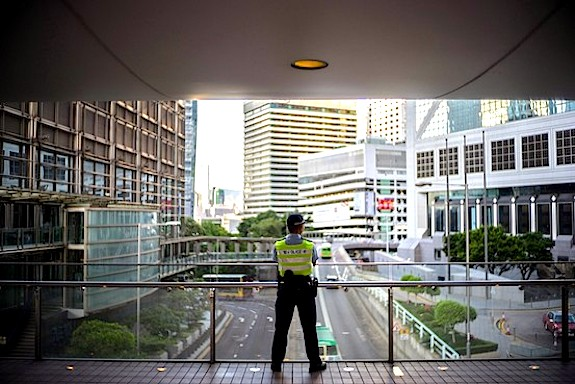 HK-cop-bridge