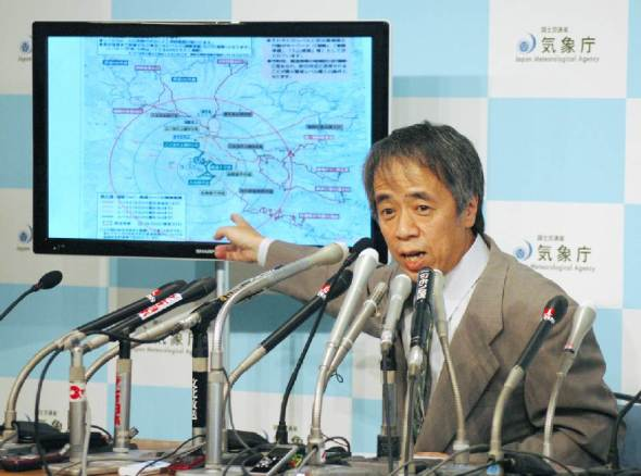 A manager of Japan Meteorological Agency speaks at a press conference to explain the eruption of Mount Ontake, in Tokyo on September 27, 2014 (AFP Photo/Jiji Press)