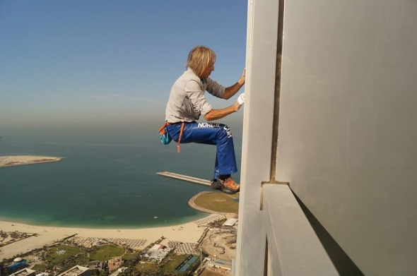Spiderman-climbing-Cayan-Tower-in-Dubai-1