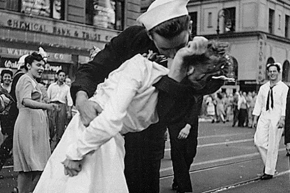 alfred-eisenstaedt's-famous-times-square-kiss-photograph-of-glen-mcduffie-the-sailor-and-the-nurse-edith-shain-theflyingtortoise