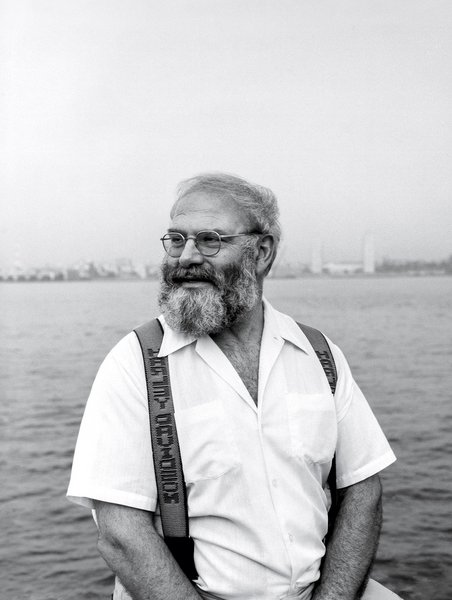 Oliver Sacks, medical storyteller extraordinaire, in Manhattan on the edge of the Hudson, 1990. By Ken Shung/MPTVImages.com.