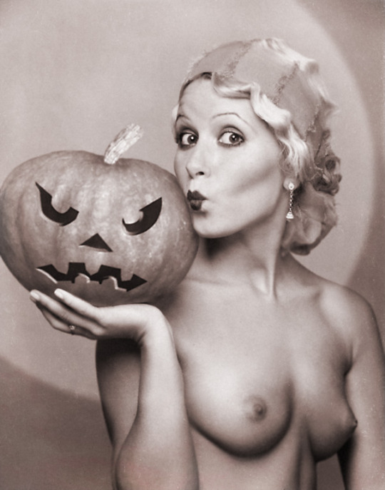 Halloween Pin-up1