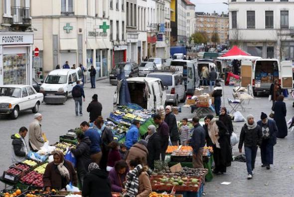 People shop at a market in the neighbourhood of Molenbeek, where Belgian police staged a raid following the attacks in Paris, at Brussels, Belgium November 15, 2015. Reuters/Yves Herman