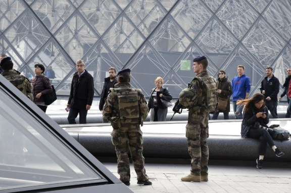 French soldiers enforcing the Vigipirate plan, France's national security alert system, patrol in front of the Louvre museum on November 16, 2015 in Paris, three days after a series of deadly oordinated attacks claimed by Islamic State jihadists, which killed at least 129 people and left more than 350 injured on November 13. AFP PHOTO/DOMINIQUE FAGET / AFP PHOTO / DOMINIQUE FAGET
